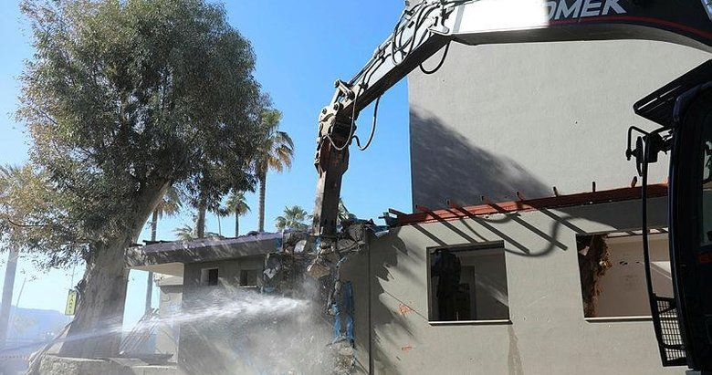 Marmaris'te belediye binasının yıkımı başladı