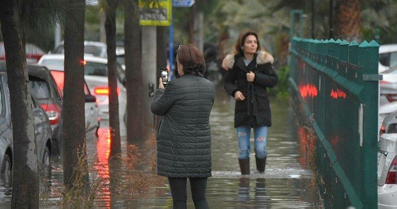 İzmir'i sel ve fırtına vurdu! Caddeleri su bastı