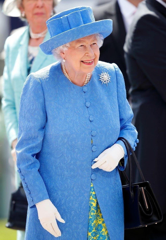 Kraliçe Elizabeth 70 gün sonra görüntüledi! Sosyal mesafeyi ihmal etmedi