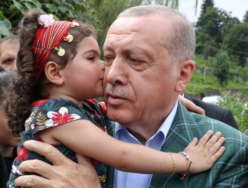 Cumhurbaşkanı Erdoğan'a Rize'de sevgi seli! Minik misafiri böyle sarıldı