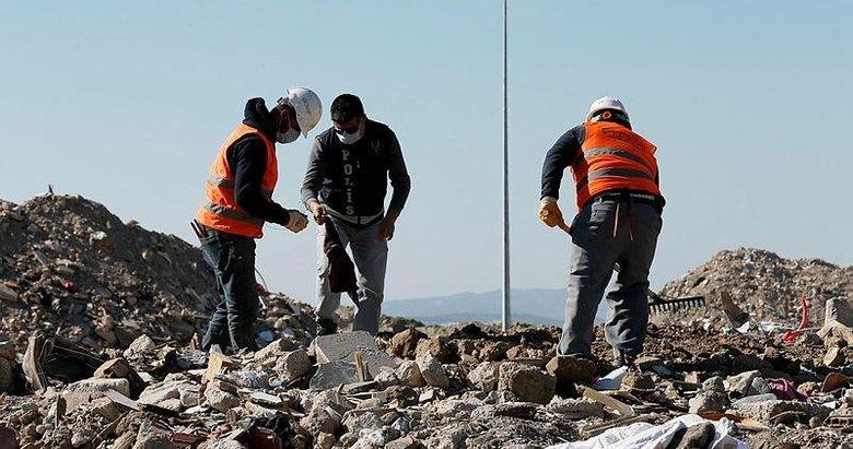 İzmirli depremzedelerin eşyaları için moloz yığınları arasında hassas çalışma