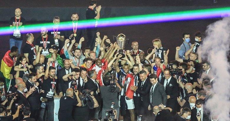 Beşiktaş Şampiyonluk kupasını kaldırdı