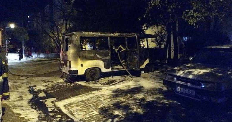 Park halindeki minibüs alev aldı, 2 araç kullanılamaz hale geldi