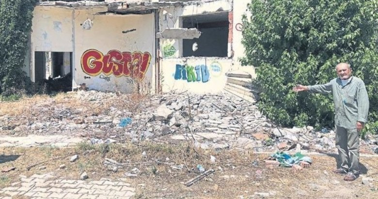 İzmir'de KOAH hastası sokağı kendisi temizliyor