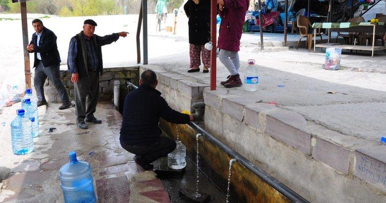 Manisa'daki şifalı suyun yolu kapatılmasına rağmen aldırış eden olmadı