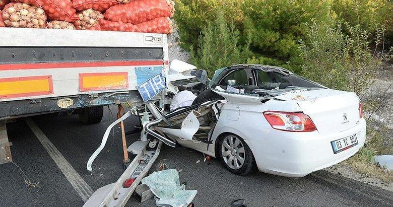 Uşak'ta otomobil tıra çarptı: 1 ölü