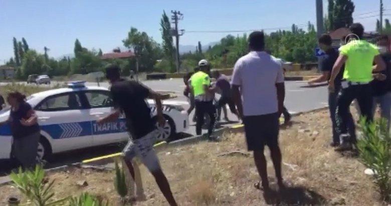 Muğla'da ehliyetsiz sürücü ve yakınları ceza yazmak isteyen polise saldırdı