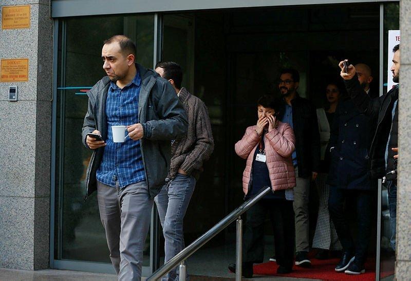 Manisa'daki deprem İzmir'de de hissedildi! Vatandaşlar telefona sarıldı