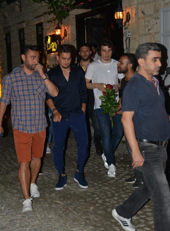 Milli futbolcular Cengiz Ünder ve Çağlar Söyüncü, Çeşme'de eğlendi