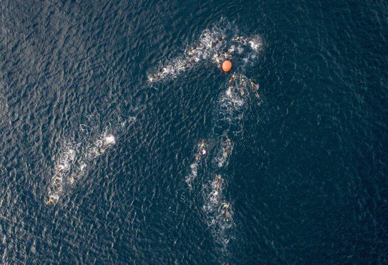 İzmir'de soğuk havaya aldırmadan madalya için yüzdüler