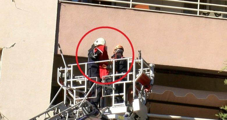Kurtarma ekibi, yan yatan binanın 6'ncı katındaki Türk bayrağını öpüp katlayarak indirdi