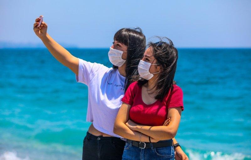 Tatilciler maskeyle güneşlendi