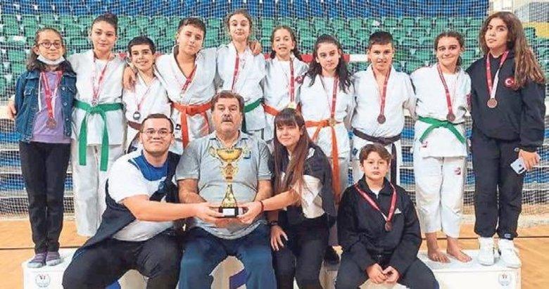 Yunusemre judoda birincilikle döndü