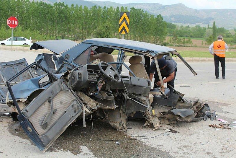 Feci kaza: Araç ikiye bölündü!