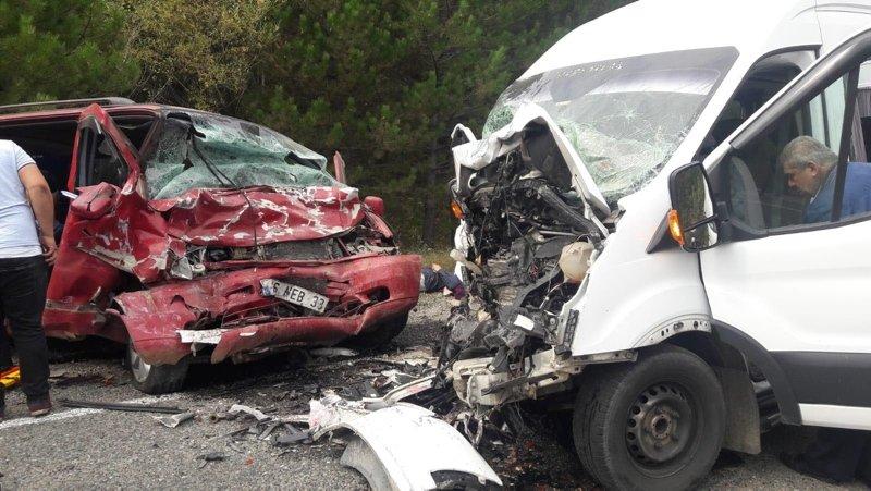 Kütahya'da feci kaza! Minibüsler kafa kafaya çarpıştı