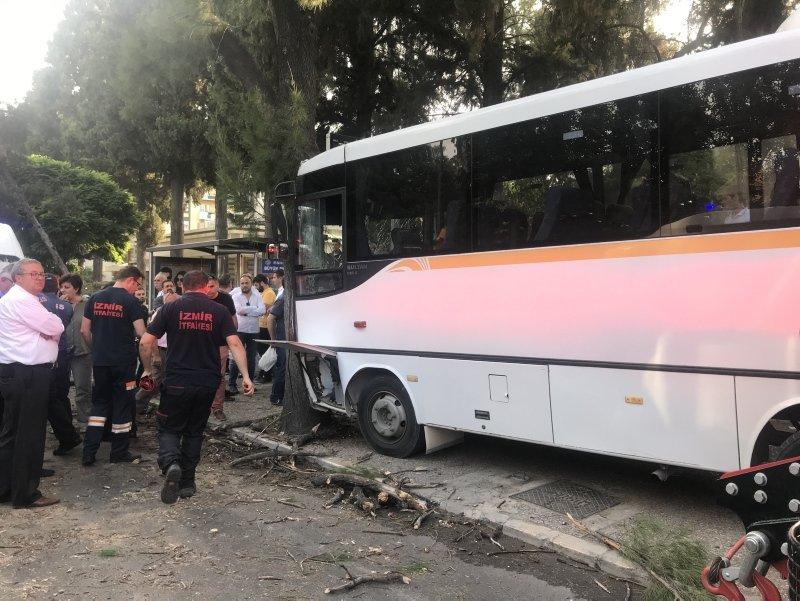 İzmir Bornova'da öğrenci servisi ağaca çarptı: 15 yaralı