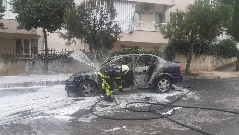 Denizli'de seyir halindeyken alev alan otomobil hurdaya döndü