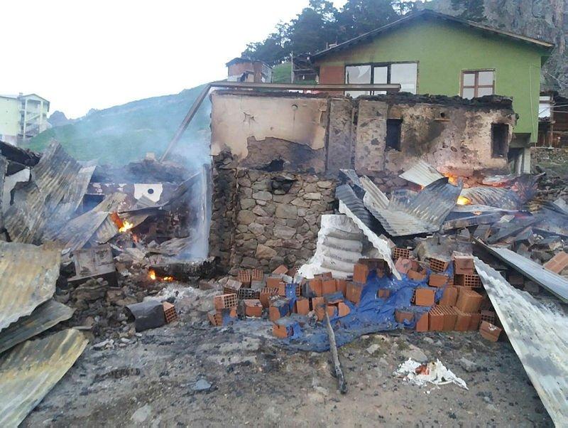 Artvin'de, yangında 6 yayla evi kullanılmaz hale geldi
