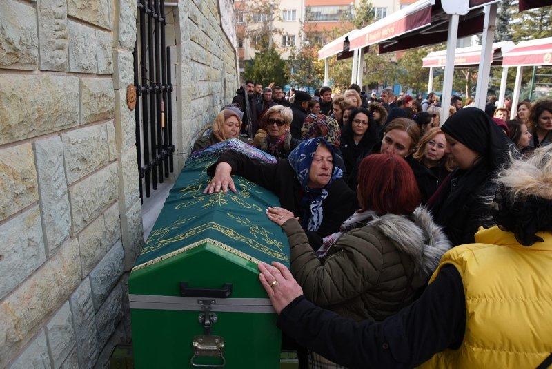 Eski eşinin satırla öldürdüğü Ayşe'nin tabutuna kadınlar omuz verdi