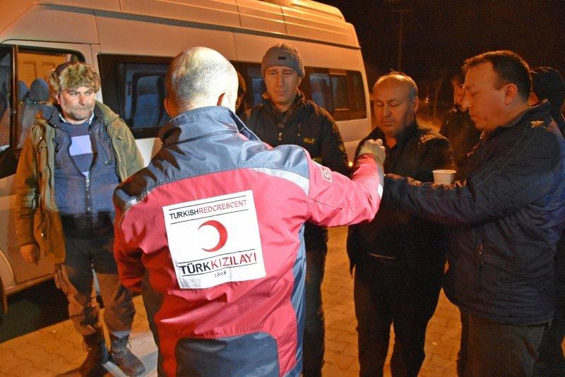 Manisa'da vatandaşların deprem nöbeti! Geceyi dışarıda geçirdiler