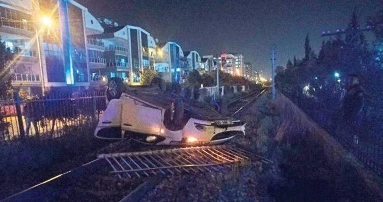 Alkollü sürücü tren yoluna uçtu