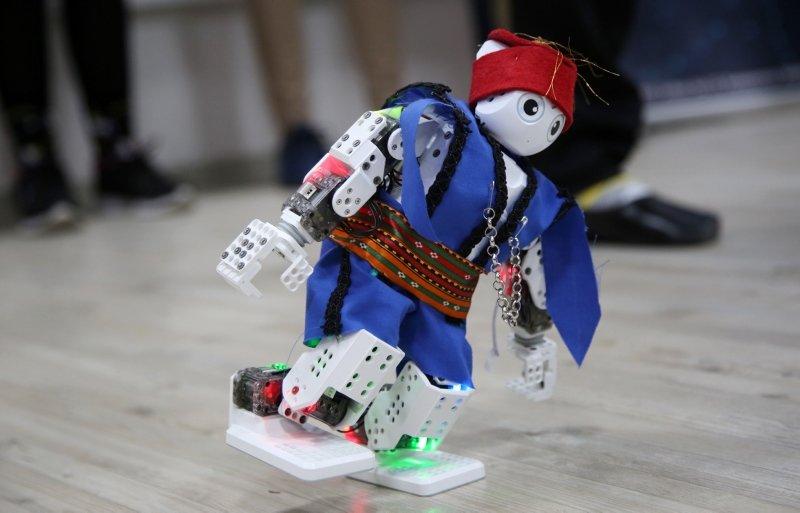 Manisa'da harmandalı oynayan robot öğrencileri Avrupa finallerine taşıdı