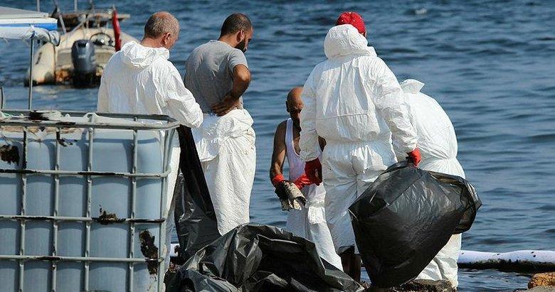 Foça'daki çevre felaketinde temizlik devam ediyor
