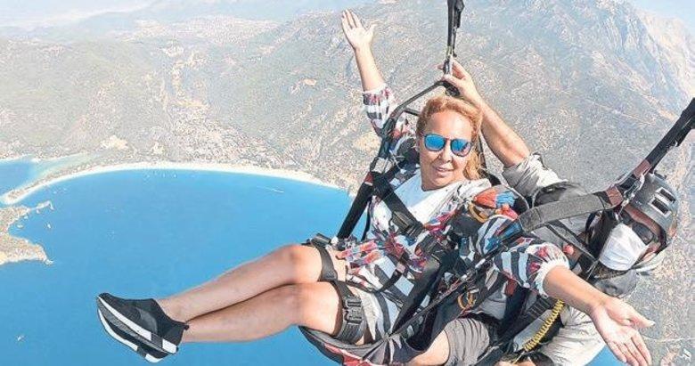 Baskan Anna Rothery yamaç paraşütü ile uçtu