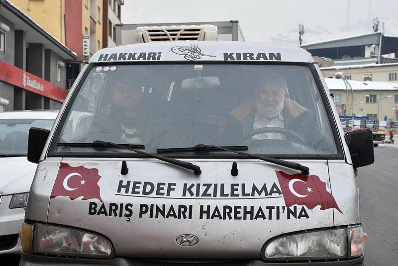 Yüzlerce kilometre yol katetti! Yetiştirdiği elmaları Mehmetçiğe götürdü