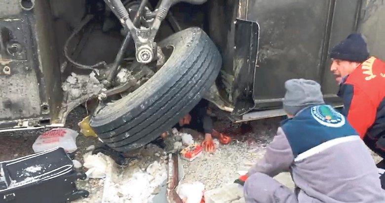 Yolcular otobüsün altından zor çıkarıldı