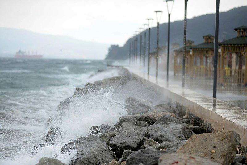 Ege'de deniz ulaşımına  fırtına engeli