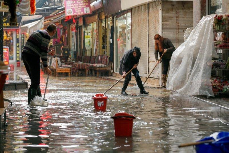 İzmir Kemeraltı Çarşısı'nı su bastı