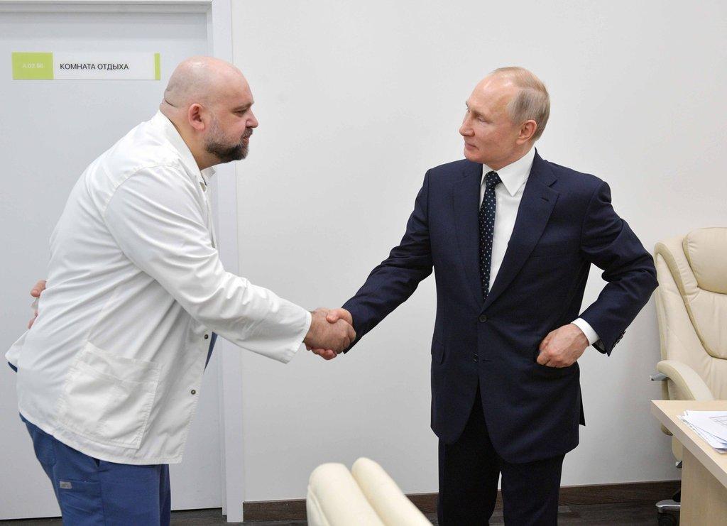 Putin koronavirüs hastalarını böyle ziyaret etti