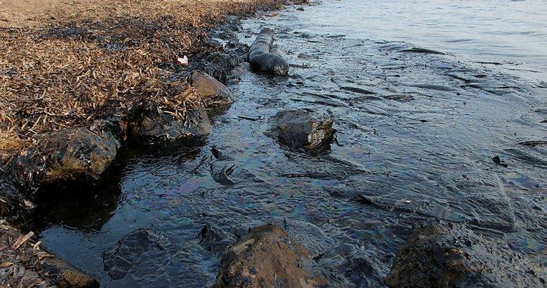 Foça'daki petrol kirliliğinde bakanlık yetkilileri olay yerinde