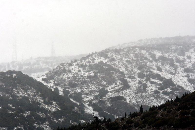 İzmir'in dağları karla kaplandı! Rüzgar zor anlar yaşattı