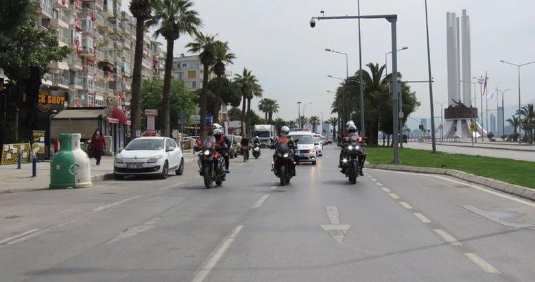 İzmir polisinden 23 Nisan korteji! Vatandaşlar balkondan alkışlarla destek verdi