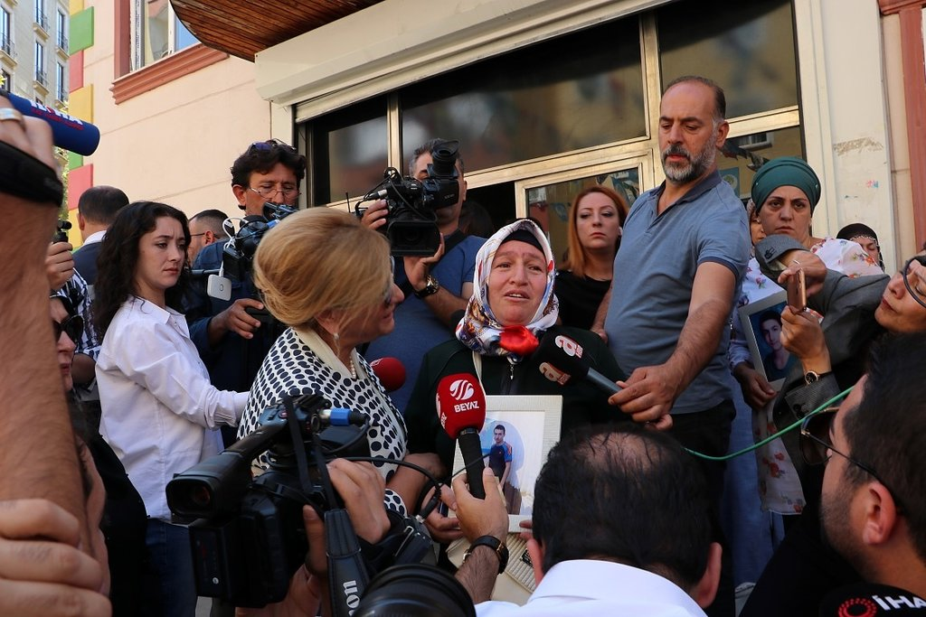 Sanatçılardan Diyarbakır'da HDP binası önünde nöbet tutan annelere destek