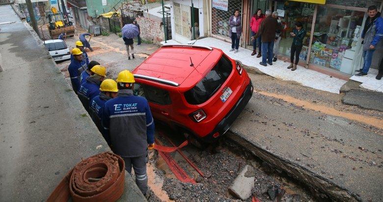 İzmir'de yol çöktü araç içine düştü