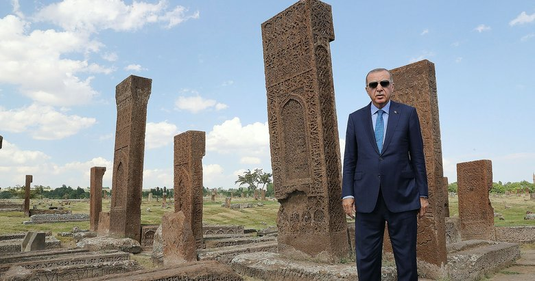 Başkan Erdoğan, Malazgirt Zaferi'nin 948. yıl dönümünde Selçuklu Mezarlığı'nı ziyaret etti