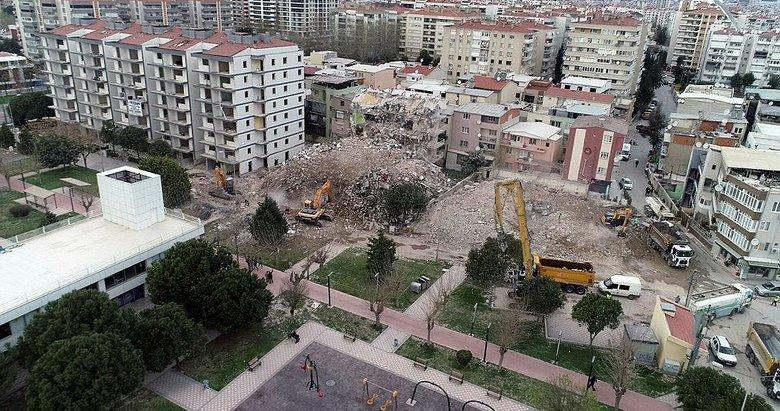İzmir'deki ağır hasarlı binaların yıkımı sürüyor
