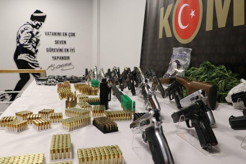 İzmir merkezli silah çetesi çökertildi! İşte ele geçirilen kaçak silahlar