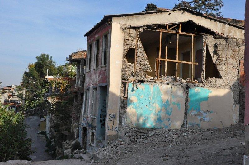 İzmirde tarihi binaları yağmaladılar