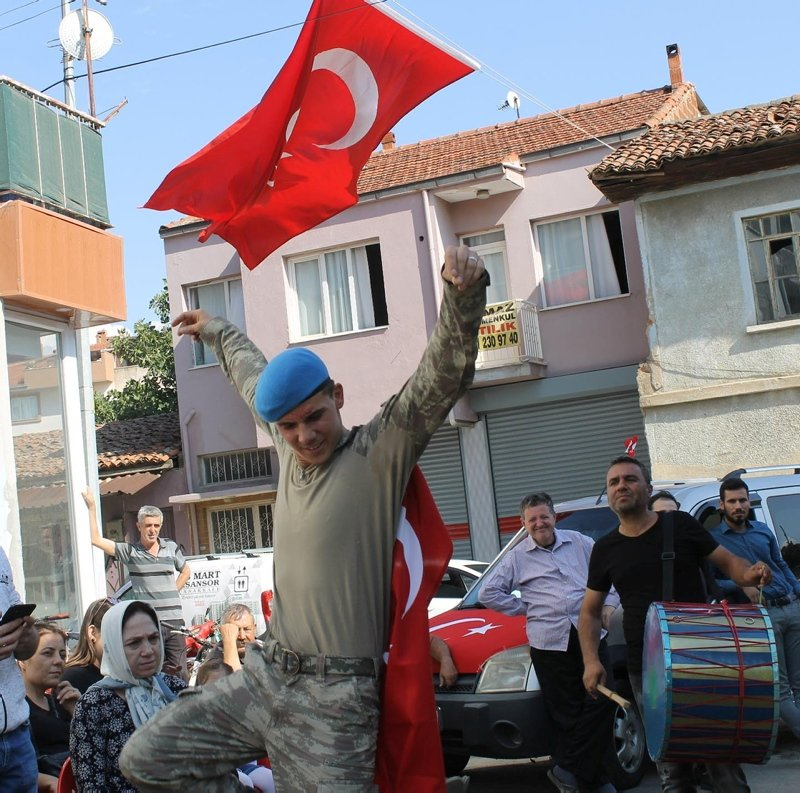 Afrin'den dönen komando er, baba ocağında davul zurnayla karşılandı