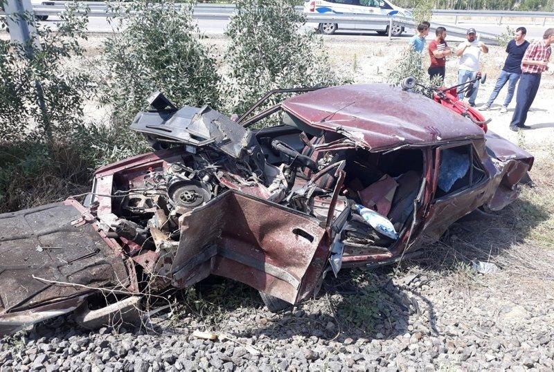 Afyonkarahisar'da hemzemin geçitte feci kaza! Baba-oğul yaralandı