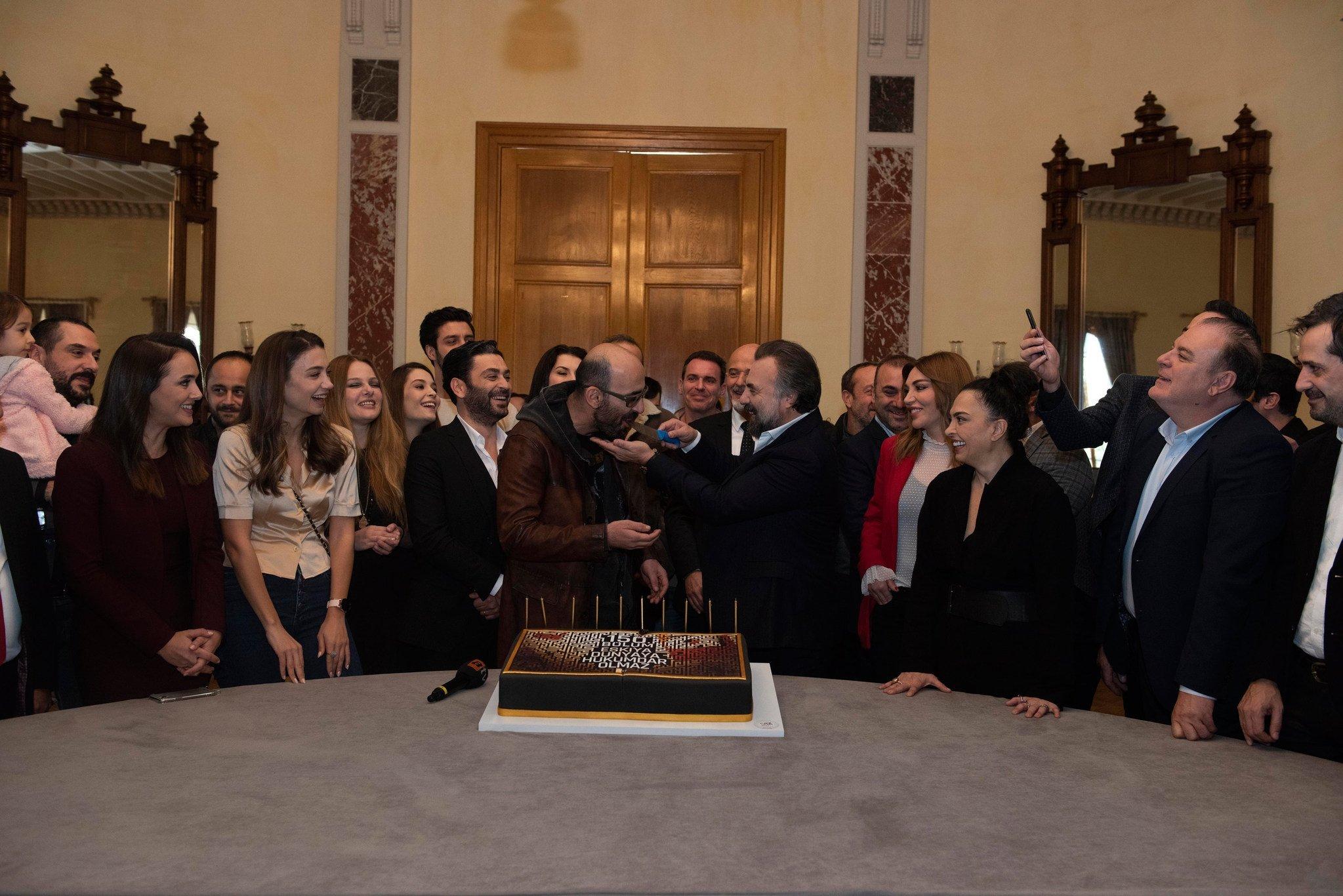 Eşkıya Dünyaya Hükümdar Olmaz 150. bölümünü pasta keserek kutladı
