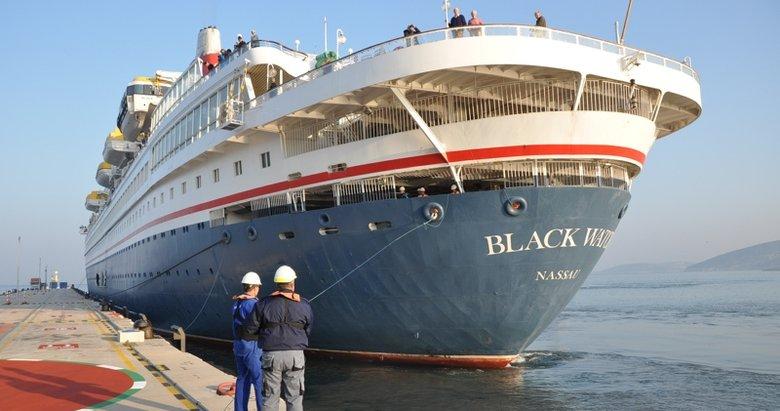 Tatil cennetinde sezon açıldı! Kuşadası'na sezonun ilk kruvaziyer gemisi geldi