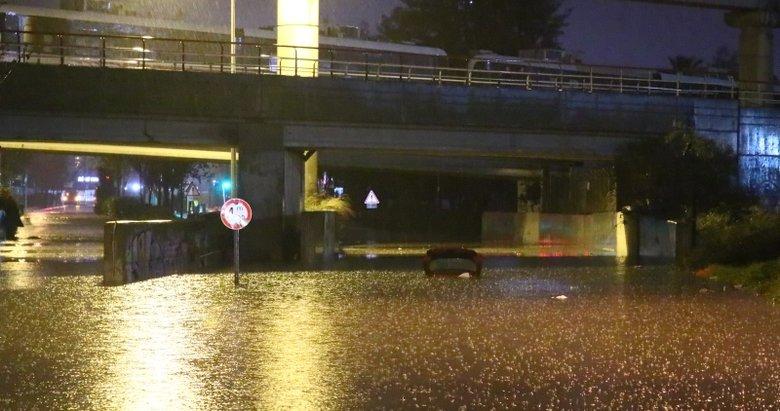 İzmir'de şiddetli yağış sele neden oldu