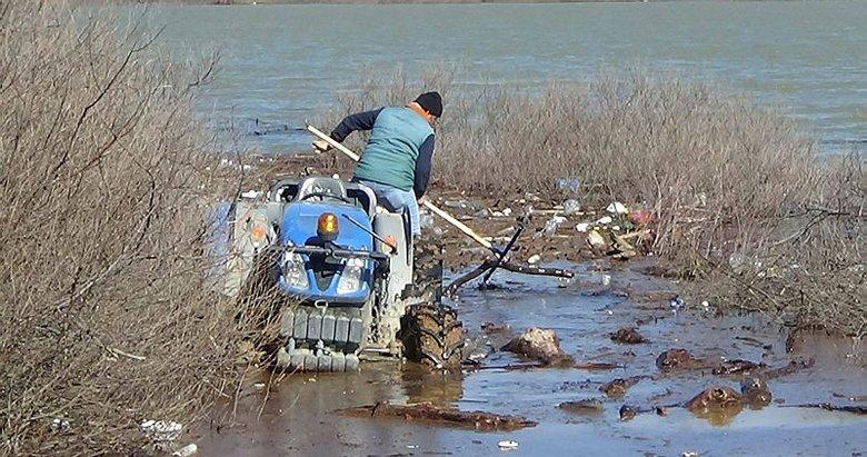 Bayramiç Barajı havzasındaki atıkları üreticiler temizliyor