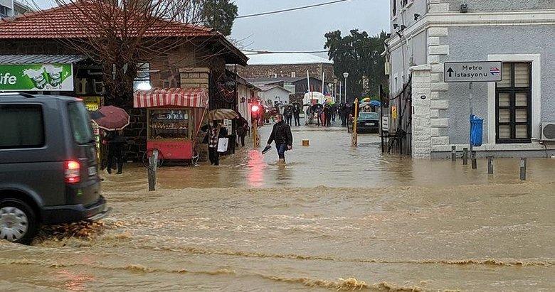 İzmir'i sel vurdu: Alt geçitler ve metro istasyonlarının çıkışları tıkandı