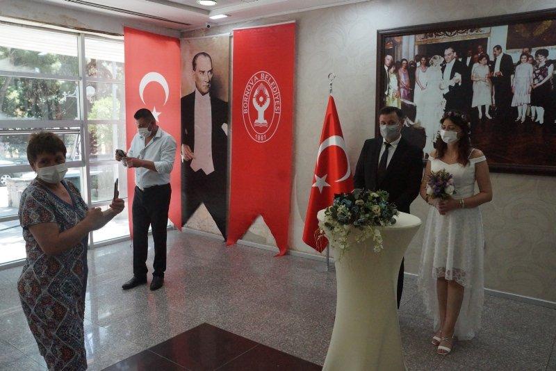 İzmir'de nikah törenleri, davetlilerin huzurunda yapılmaya başlandı